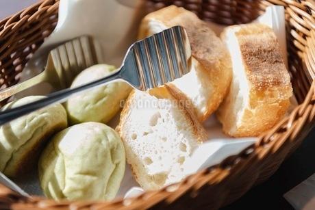 バスケットに入ったパンの写真素材 [FYI03448794]