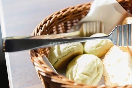 バスケットに入ったパンの写真素材 [FYI03448795]