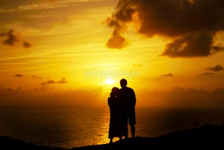 カップルと夕焼けの写真素材 [FYI03448889]