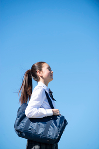 目を閉じている制服姿の女子学生の写真素材 [FYI03448909]