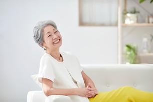 ソファに座る女性の写真素材 [FYI03448989]