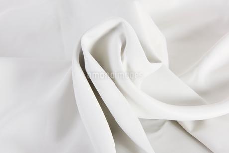 しわのある白い布の写真素材 [FYI03449041]