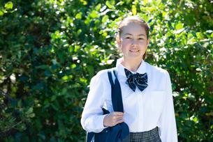 笑っている制服姿の女子学生の写真素材 [FYI03449142]