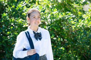 笑っている制服姿の女子学生の写真素材 [FYI03449149]