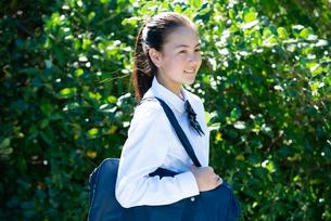 笑っている制服姿の女子学生の写真素材 [FYI03449200]