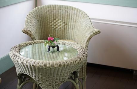籐の椅子と丸いテーブルの写真素材 [FYI03449249]