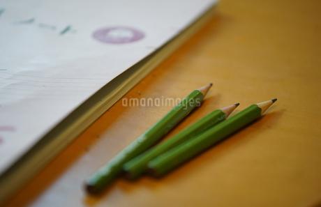 机の鉛筆とノートの写真素材 [FYI03449251]