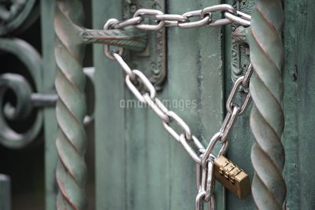 門の施錠の写真素材 [FYI03449254]