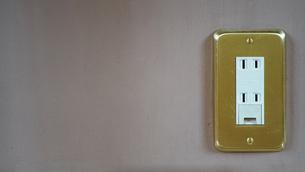 日本の部屋の壁のコンセントの写真素材 [FYI03449255]