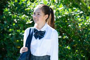 笑っている制服姿の女子学生の写真素材 [FYI03449257]