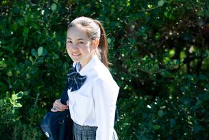 笑っている制服姿の女子学生の写真素材 [FYI03449260]
