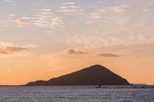 夕焼けの糸島 姫島の写真素材 [FYI03449327]