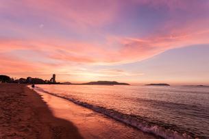 ピンクに焼ける夕暮れの百道浜の写真素材 [FYI03449336]