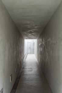 奥行きのある白い通路の写真素材 [FYI03449344]