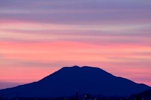 糸島 可也山夕景遠望の写真素材 [FYI03449346]