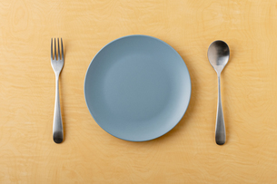 Empty plate spoon and forkの写真素材 [FYI03449360]