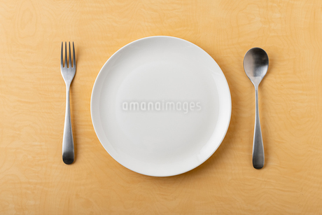 Empty plate spoon and forkの写真素材 [FYI03449368]