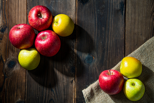 Apples on wood backgroundの写真素材 [FYI03449399]