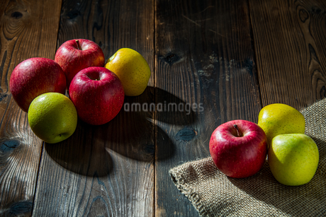 Apples on wood backgroundの写真素材 [FYI03449405]