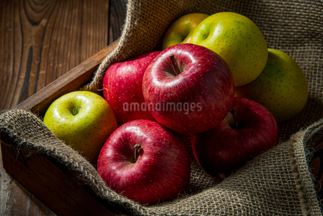 Apples on wood backgroundの写真素材 [FYI03449406]