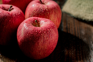 Apples on wood backgroundの写真素材 [FYI03449413]
