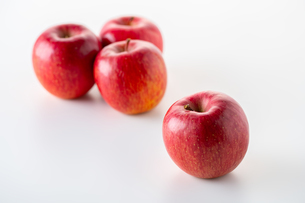 Red apples on white backgroundの写真素材 [FYI03449419]
