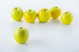 Green apples on white backgroundの写真素材 [FYI03449422]