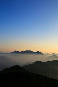 乗鞍岳から望む朝の穂高岳と槍ヶ岳の写真素材 [FYI03449467]