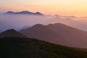 乗鞍岳から望む朝の穂高岳と槍ヶ岳の写真素材 [FYI03449468]