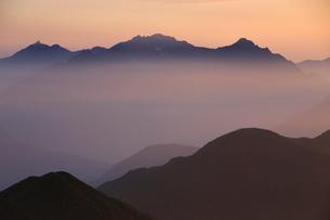 乗鞍岳から望む朝の穂高岳と槍ヶ岳の写真素材 [FYI03449470]