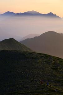 乗鞍岳から望む朝の穂高岳と槍ヶ岳の写真素材 [FYI03449471]