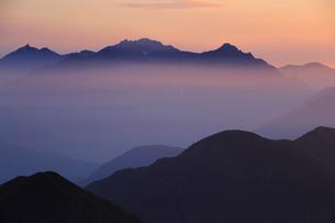 乗鞍岳から望む朝の穂高岳と槍ヶ岳の写真素材 [FYI03449472]