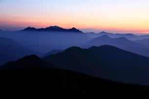 乗鞍岳から望む朝の穂高岳と槍ヶ岳の写真素材 [FYI03449479]