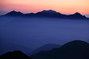乗鞍岳から望む朝の穂高岳と槍ヶ岳の写真素材 [FYI03449480]
