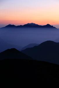 乗鞍岳から望む朝の穂高岳と槍ヶ岳の写真素材 [FYI03449481]