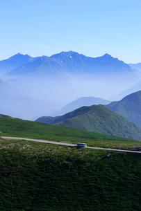 乗鞍岳から乗鞍スカイラインと穂高連峰の写真素材 [FYI03449546]