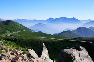 夏の乗鞍岳から乗鞍スカイラインと穂高連峰の写真素材 [FYI03449557]