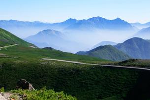 夏の乗鞍岳から乗鞍スカイラインと穂高連峰の写真素材 [FYI03449559]