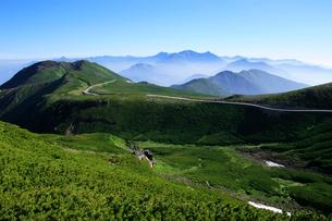 夏の乗鞍岳から乗鞍スカイラインと穂高連峰の写真素材 [FYI03449561]