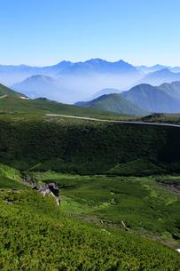 夏の乗鞍岳から乗鞍スカイラインと穂高連峰の写真素材 [FYI03449563]