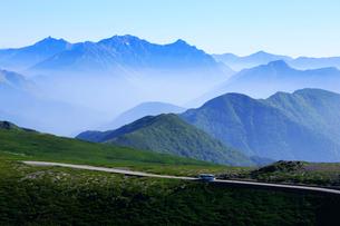 夏の乗鞍岳から乗鞍スカイラインと穂高連峰の写真素材 [FYI03449565]