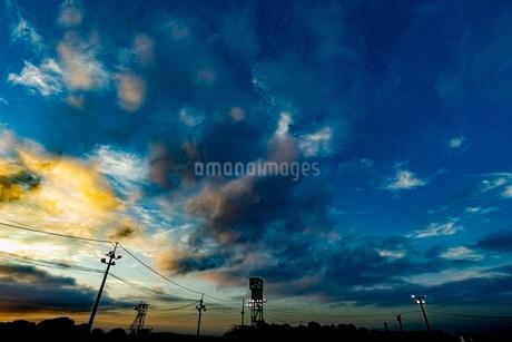 夕焼けと電柱の写真素材 [FYI03449596]