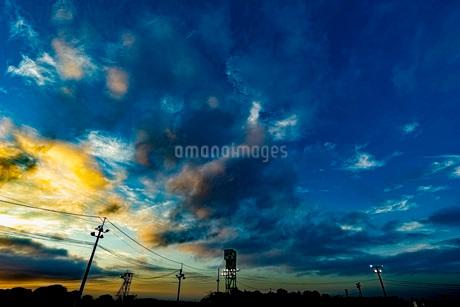夕焼けと電柱の写真素材 [FYI03449597]