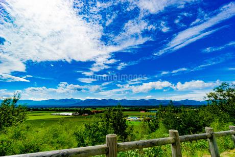 展望台から見る田舎の青空の写真素材 [FYI03449598]