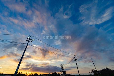 夕焼けと電柱の写真素材 [FYI03449599]
