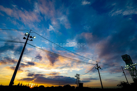 夕焼けと電柱の写真素材 [FYI03449601]