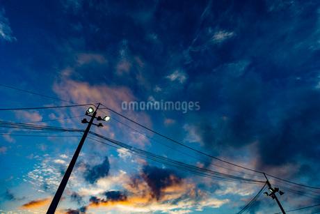 夕焼けと電柱の写真素材 [FYI03449603]