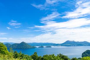 湖に浮かぶ小島の写真素材 [FYI03449631]