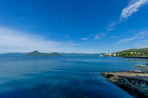 洞爺湖畔と小島の写真素材 [FYI03449639]
