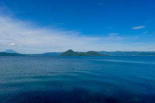洞爺湖に浮かぶ小島の写真素材 [FYI03449641]